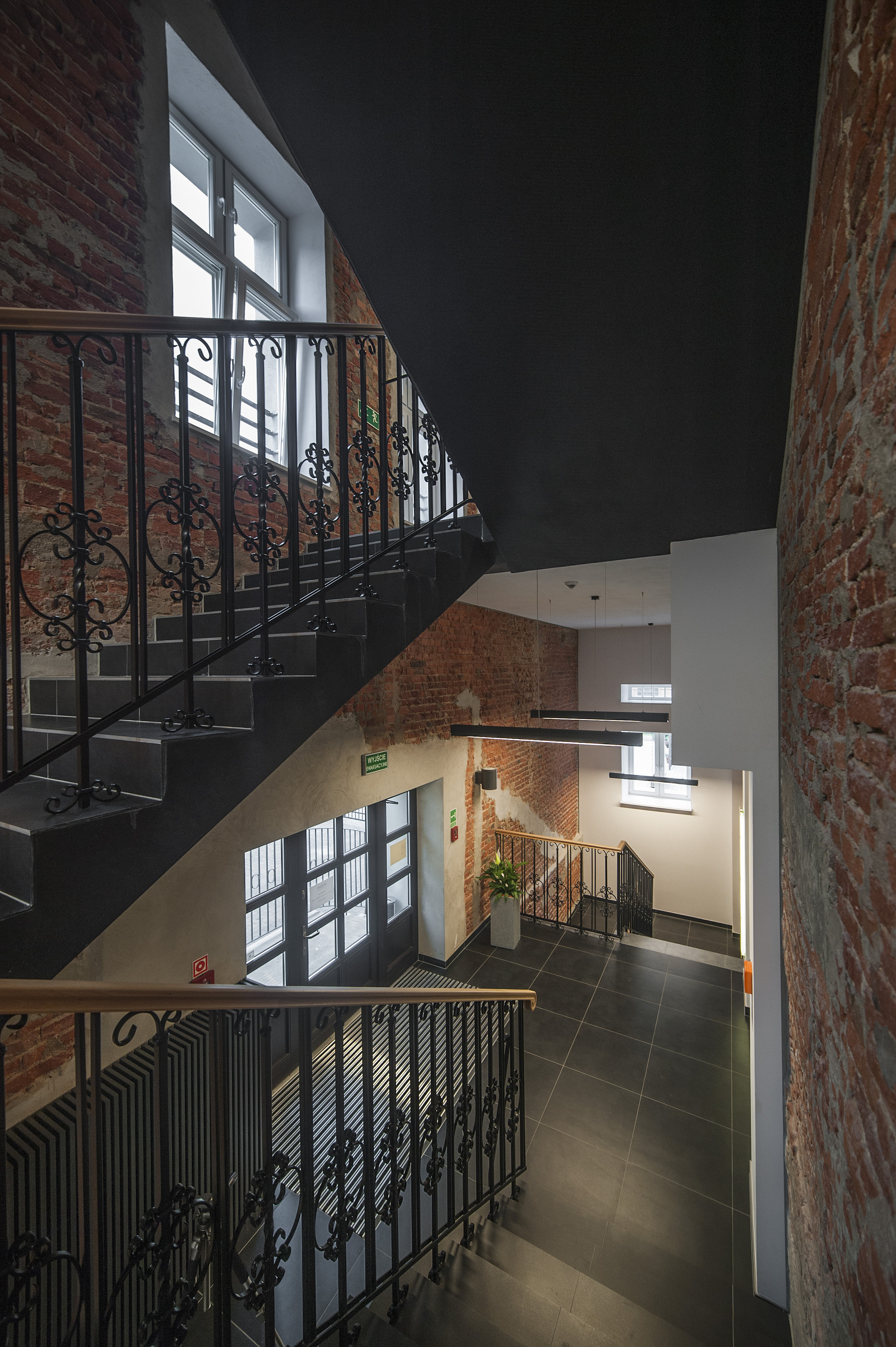EC-5_Tobaco_Hotel_stairs_1