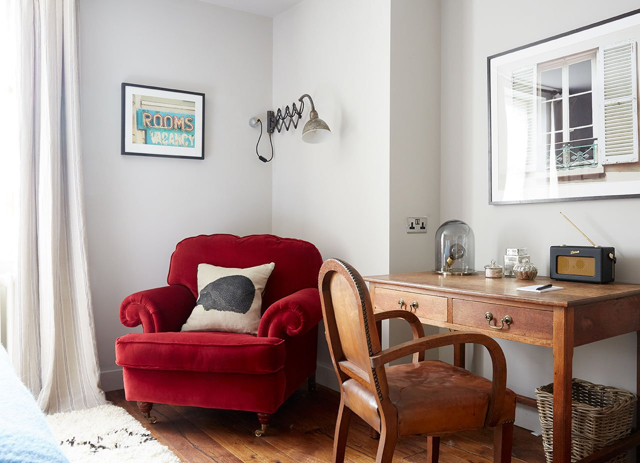 f8_artist_residence_penzance_super_comfy_luxe_chair_yatzer