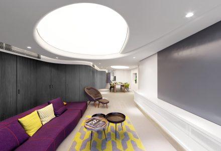 拥有模拟天窗和曲面墙体的现代简约住宅