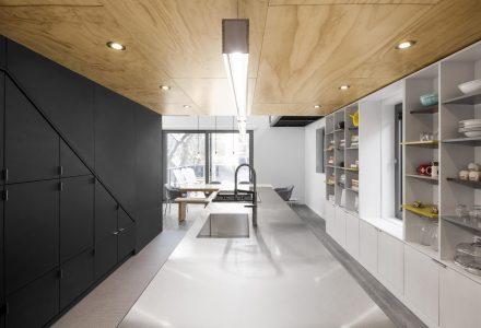 带室内运动区域的双层长形住宅改造