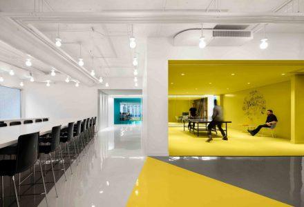 加拿大Playster总部色彩鲜艳的工作空间