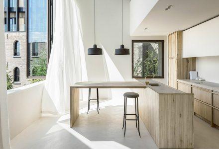 温暖材料打造的现代公寓