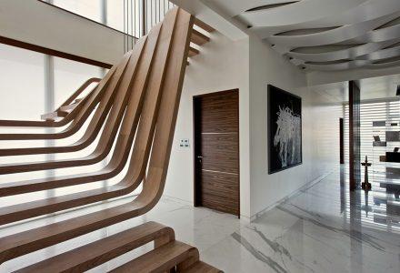 """孟买""""带镂空雕塑楼梯的""""公寓设计"""